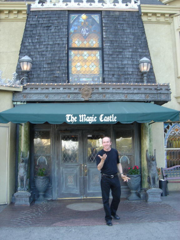 Hugo devant le Magic Castle à Hollywood